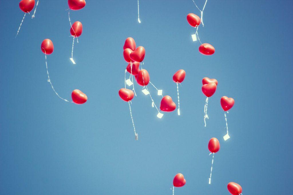 Hochzeitsballone steigen lassen